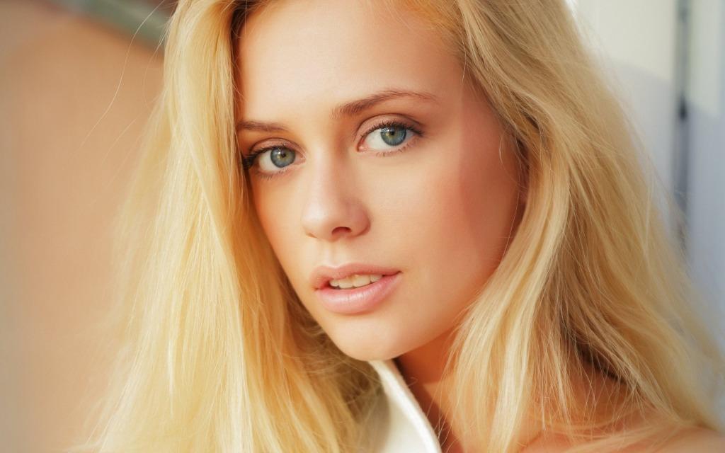 красивая блондиночка с голубыми глазами