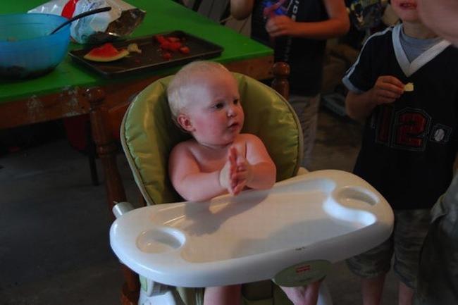 """Далее  """"Торт для малыша (6 фото) """".  Красивый торт на день рожденья подарили малышу.  Он долго думать не стал..."""
