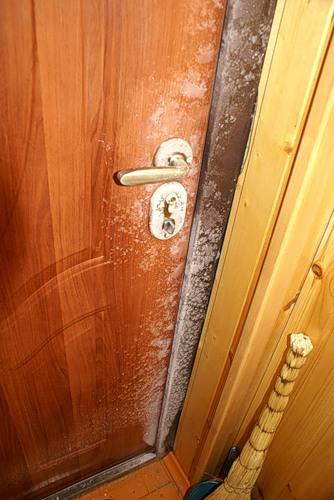 Как сделать чтобы не промерзала дверь
