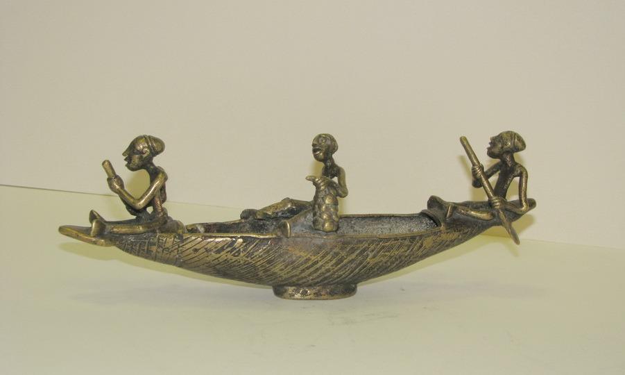 лодка с людьми скульптура
