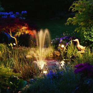 Использование прожекторов и светильников различной мощности и окраски для водного освещения создает сказочный.