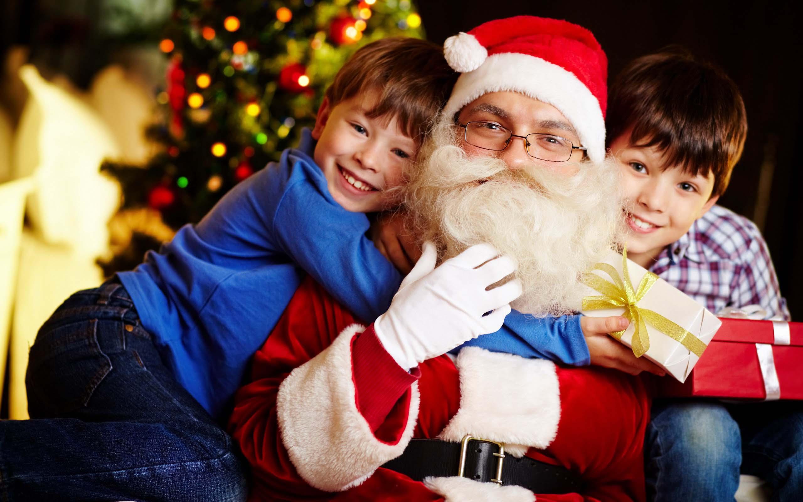 Смотреть как дед мороз дарит подарки