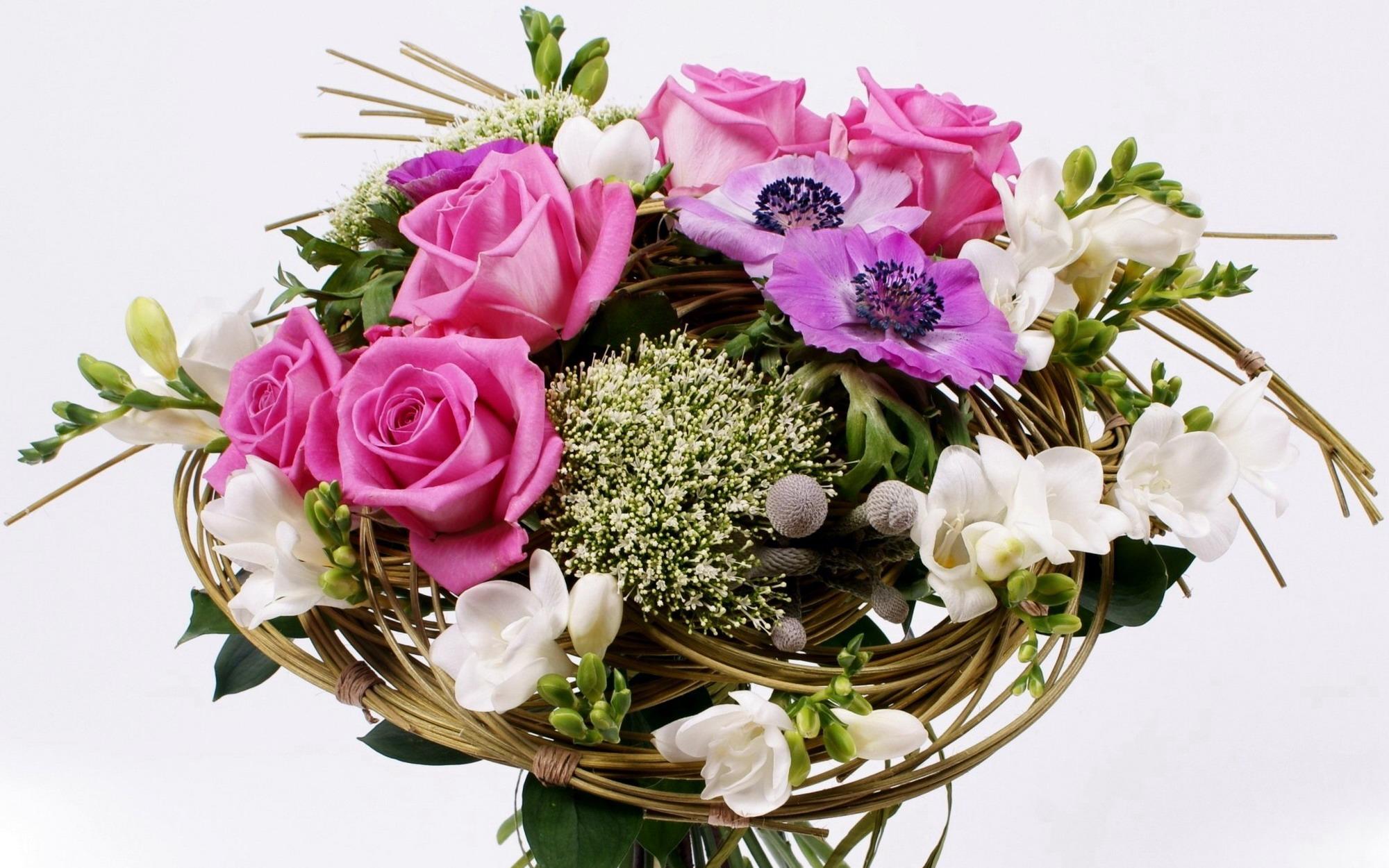 Каркасные букеты из живых цветов