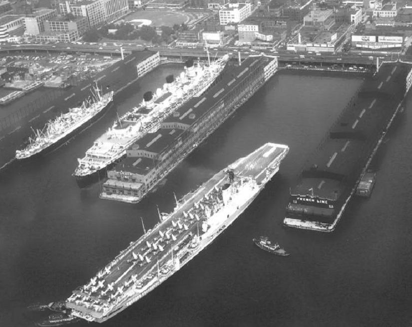 уникальное фото - авианосец «HMS Ark Royal» швартуется в порту Нью-Йорка, где уже стоит лайнер «Queen Mary»