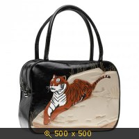 Большая сумка из натуральной кожи черного цвета.  Величественный тигр расположился на скале, внимательно оглядывая...